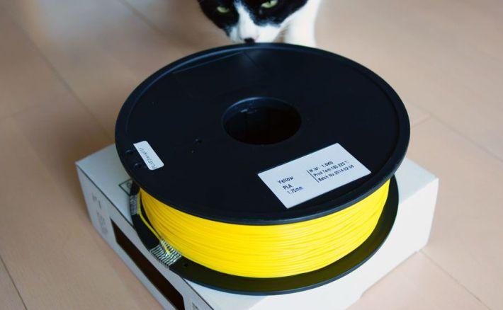 PLA1.75mmフィラメントの臭いを猫が嗅いでいる画像