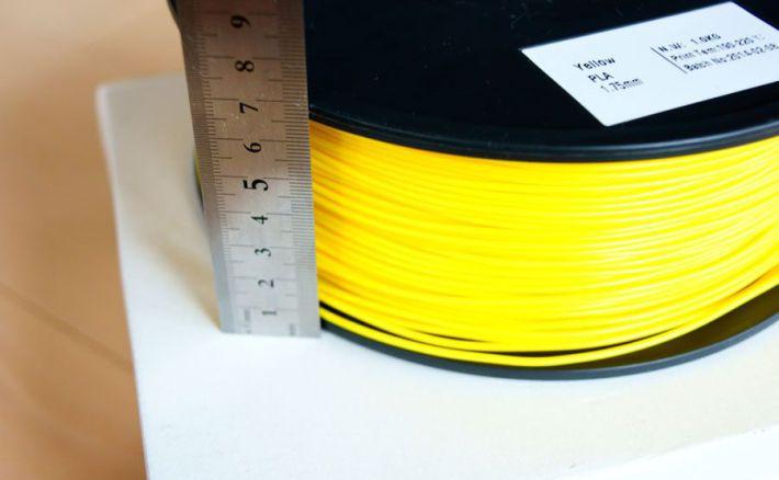PLA1.75mmフィラメントのスプール幅を測っている画像